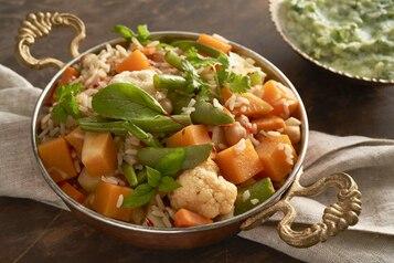Warzywa biryani z raitą z ogórka i mięty