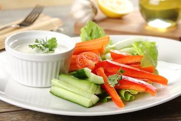 Warzywne sticksy z ziołowym dipem