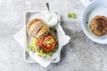 Burgery wegańskie – 2 niezawodne przepisy, które warto poznać