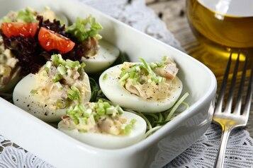 Wielkanocne jajka z pieczarkami, zielonym groszkiem, szynką i żółtym serem