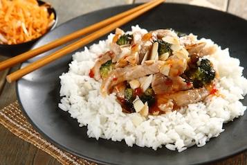 Wieprzowina z brokułami i czosnkiem z sosem tajskim, surówka z marchwi i selera