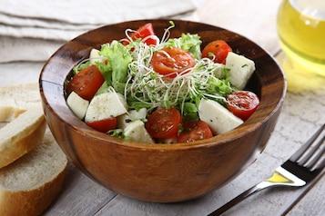 Włoska sałatka z mozzarellą