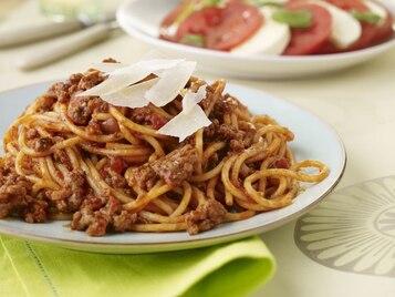 Włoskie spaghetti Bolognese pachnące ziołami