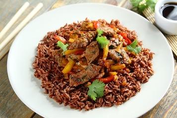 Wołowina z pędami bambusa, ryż brązowy