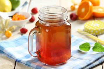 Zielona herbata z sokiem malinowym i owocowym kawiorem