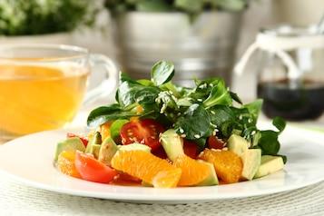 Zielona sałatka z pomarańczą