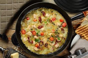 Omlet na słono z suszonymi pomidorami i cheddarem