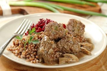 Zraziki wołowe w sosie pieczarkowym z kaszą gryczaną i jarzynką