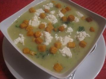 Zupa brokułowa z serem feta i paprykowymi grzankami