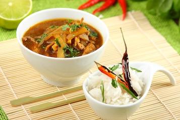 Zupa imbirowa z kurczakiem i trawą cytrynową