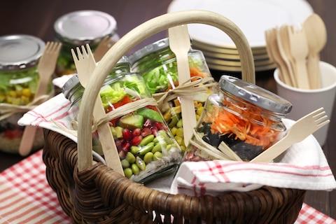 Przekąski na piknik, które spakujesz do słoika