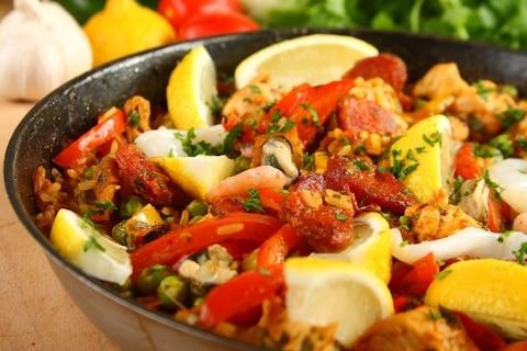 Wielobarwna paella z gorącej Hiszpanii