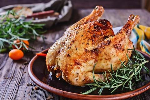 W jakiej temperaturze piec kurczaka – w całości albo w kawałkach?