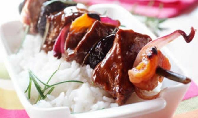 Szaszłyki BBQ z polędwiczki wieprzowej z owocami i ryżem