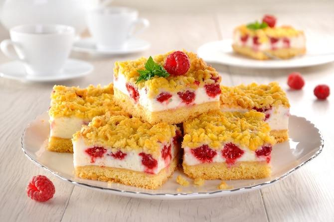 Kruche ciasto z budyniową pianką i owocami