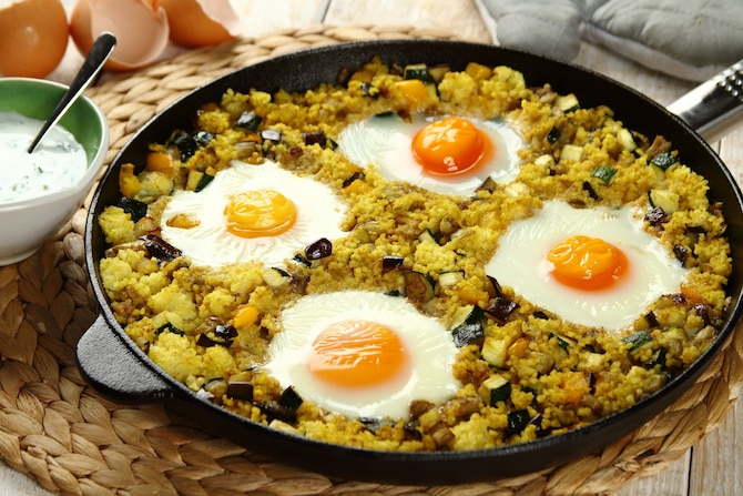 Zapiekana kasza jaglana z curry z warzywami i  jajkiem