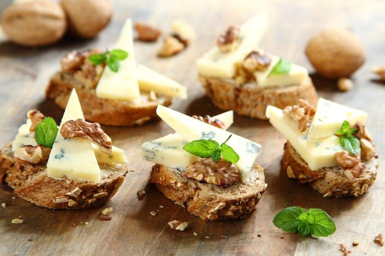 Bagietka z serem pleśniowym i orzechami włoskimi