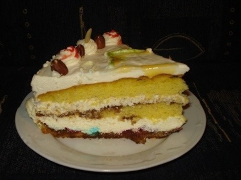 Biały tort z wiśniami