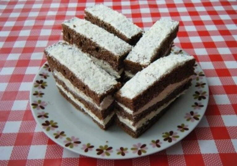 Biszkopt kakaowy z masą śmietankową