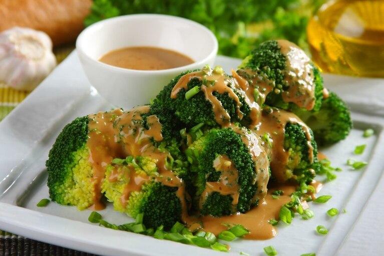 Brokuły z sosem czosnkowym