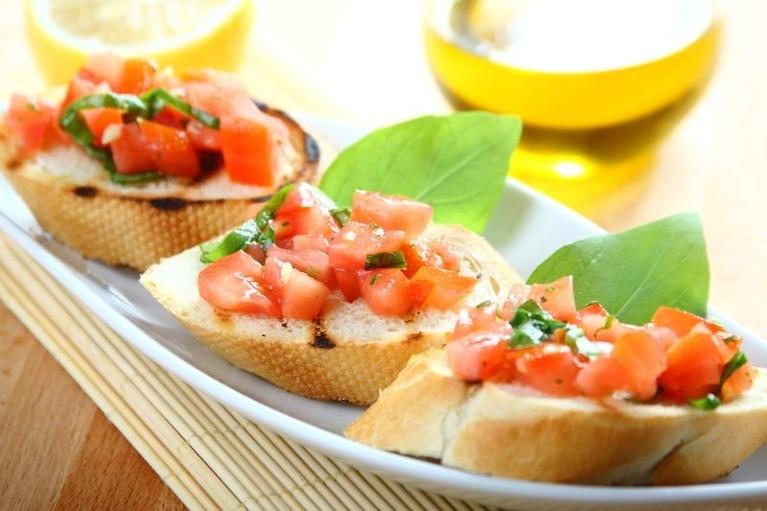 Chrupiące grzanki z pomidorową salsą