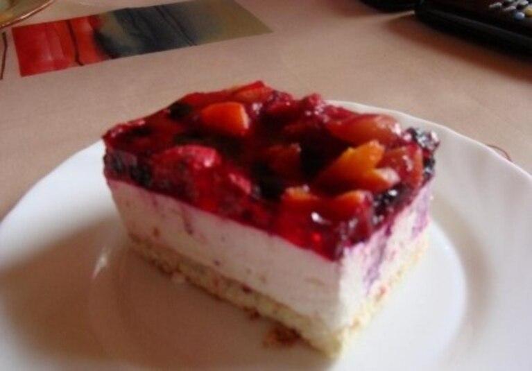 Ciasto z owocami i bitą śmietaną