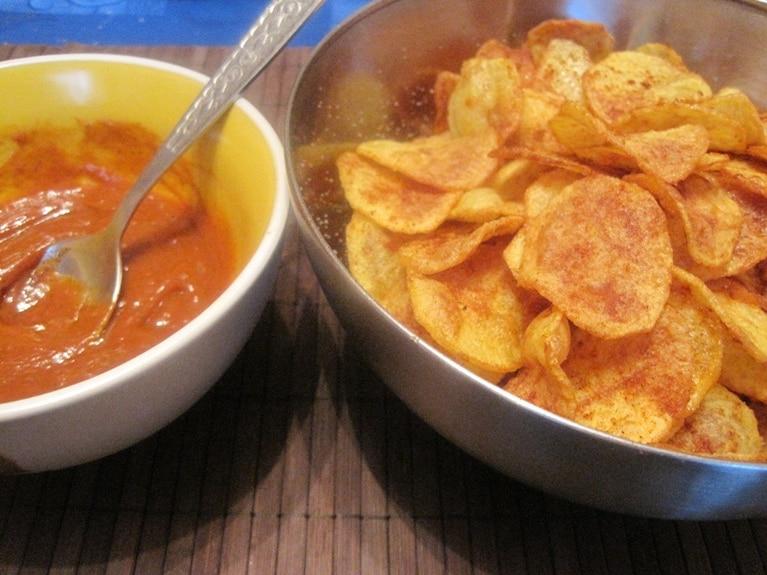 Domowe chipsy kartoflane z pikantnym dipem
