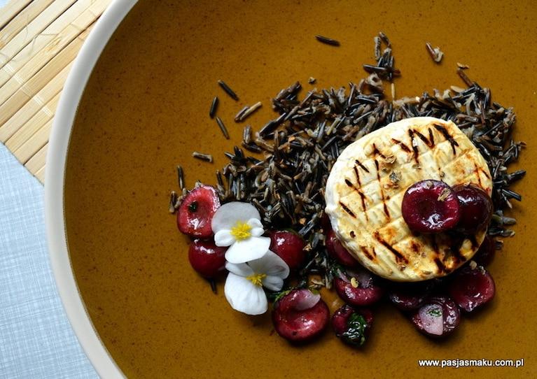 Grillowany Camembert, dziki ryż z kuminem i czereśnie z lubczykiem