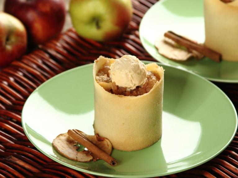 Duszone jabłka na cygaretce z lodami waniliowymi