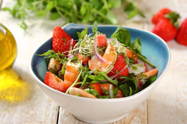 Egzotyczna sałatka z krewetkami, truskawkami i rabarbarem