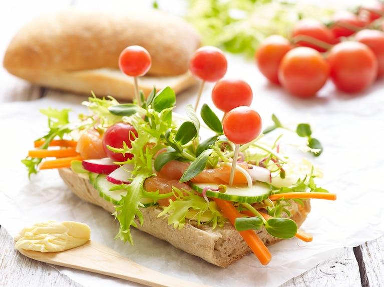 """Fajne kanapki z łososiem i warzywami """"Warzywny ogród"""""""