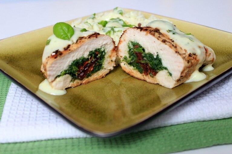 Faszerowana pierś z kurczaka z sosem serowo-bazyliowym