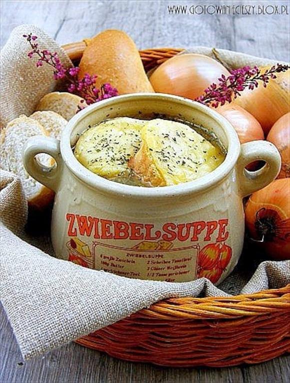Francuska zupa cebulowa z winem i grzankami serowymi