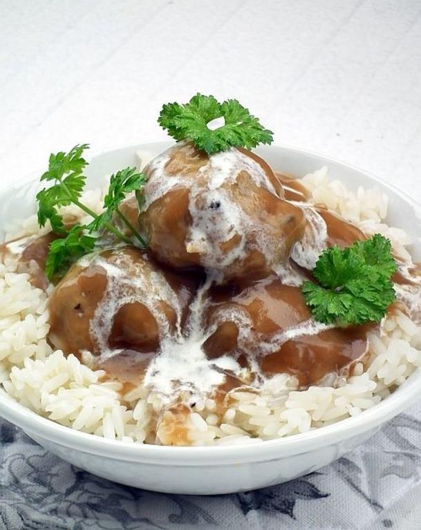 Gotowane klopsy w sosie grzybowym
