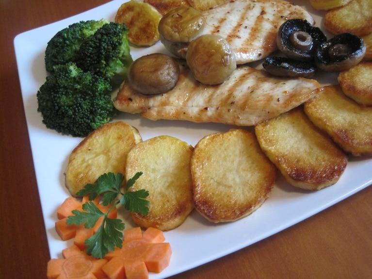 Grillowana pierś z kurczaka ze smażonymi kartoflami