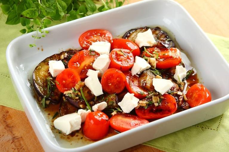 Grillowane bakłażany z octem, serem feta i miętą