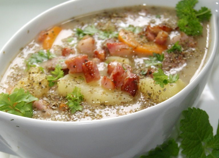 Grochówka z ziemniakami i kiełbasą