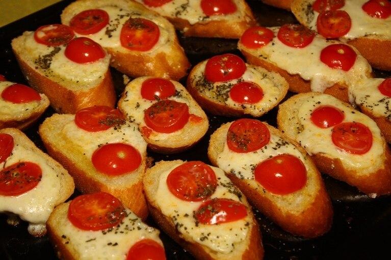 Grzanki z mozzarellą i pomidorkami