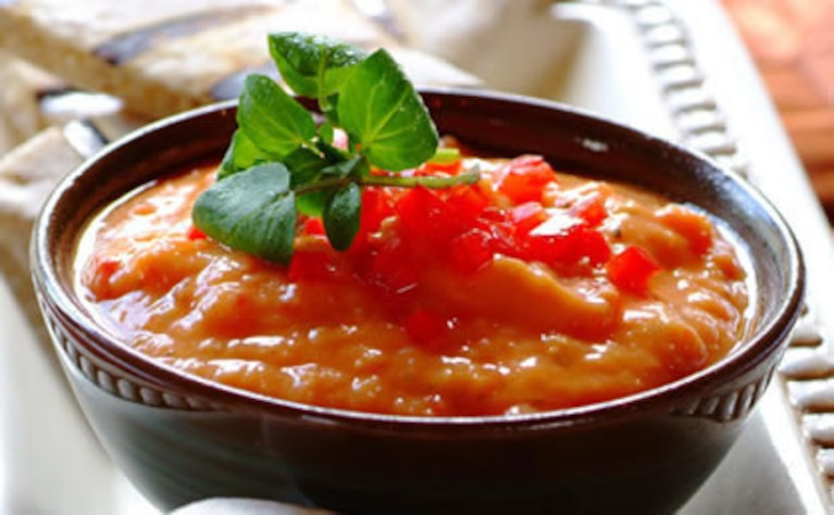 Hummus z rukwią wodną i czerwoną papryką