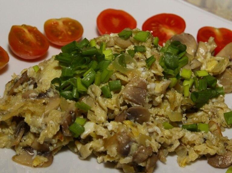 Jajecznica z pieczarkami i cebulką