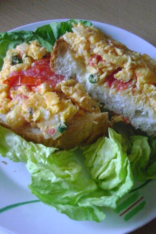 Jajecznica z pomidorami -  statek na morzu sałaty