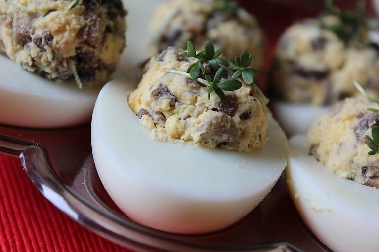 Jajka faszerowane z pieczarkami i rzeżuchą