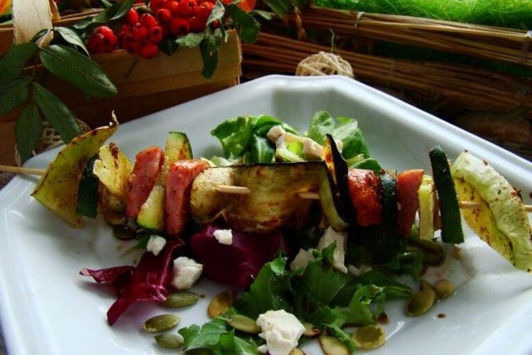 Jesienny szaszłyk na sałacie z tofu i pestkami dyni