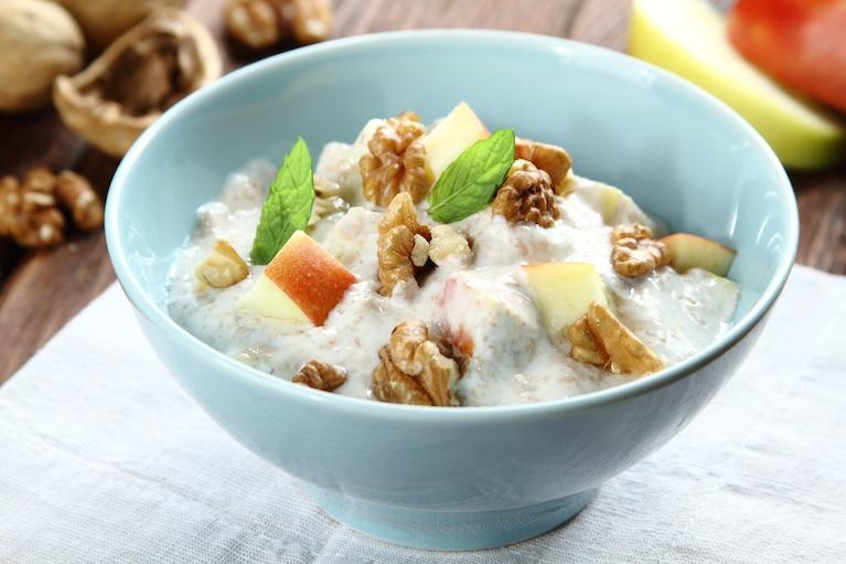 Jogurt z otrębami, orzechami i jabłkiem