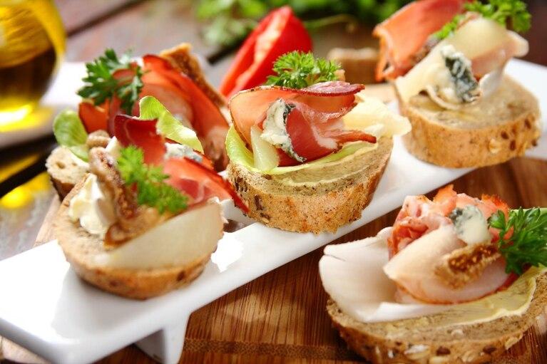Kanapki z suszoną szynką, marynowaną gruszką i figami