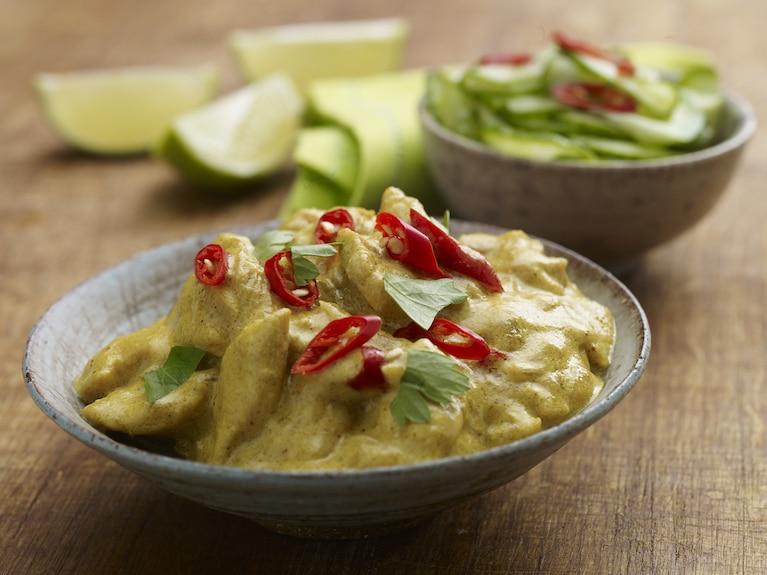 Szybkie curry z kurczaka z sałatką ze świeżego ogórka