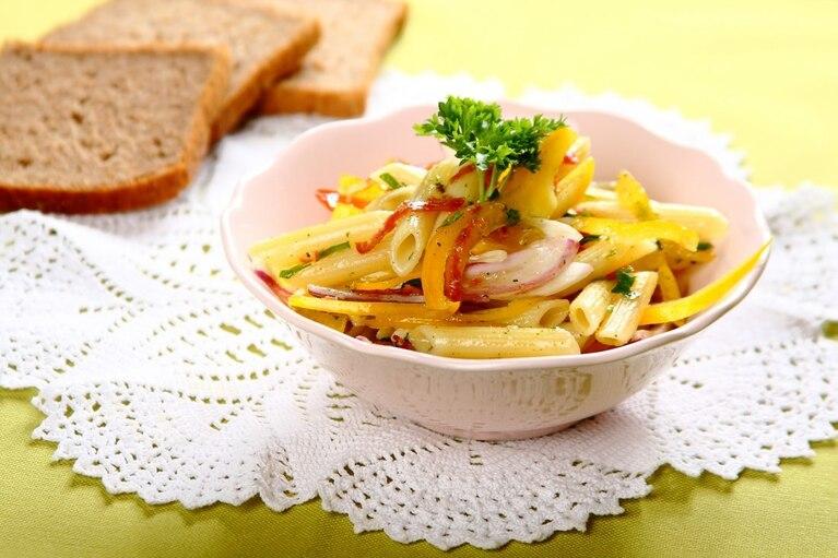 Sałatka makaronowa z salami i papryką