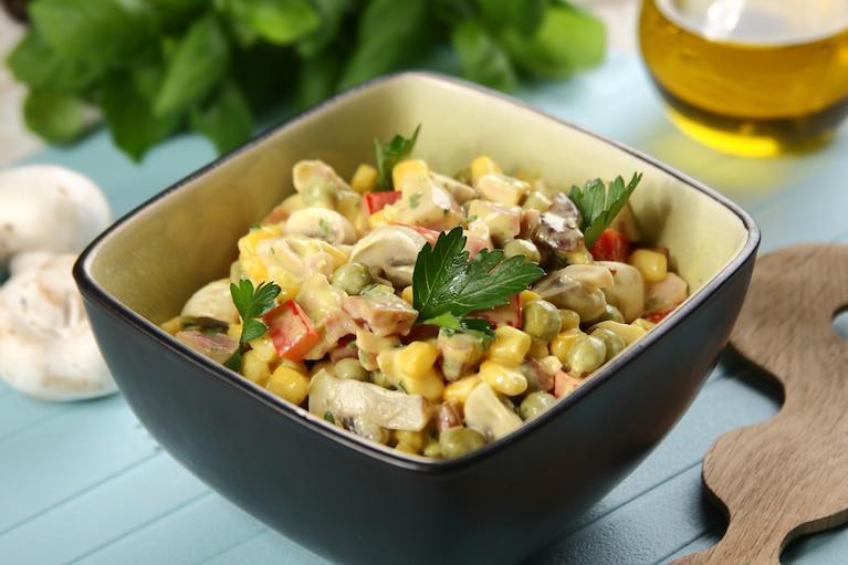 Kolorowa sałatka warzywna z wędzonym kurczakiem