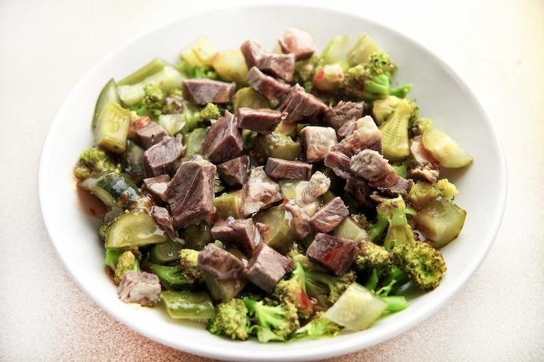 Kolorowa sałatka z wołowiną