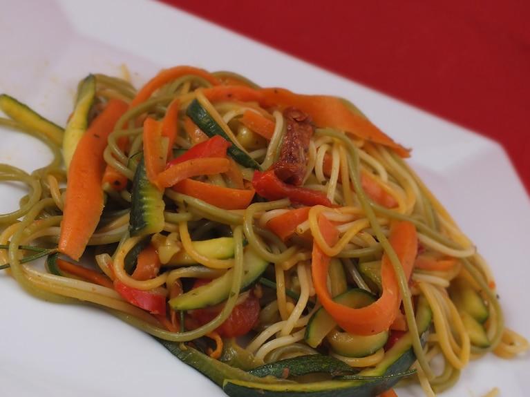 Kolorowe spaghetti z warzywami